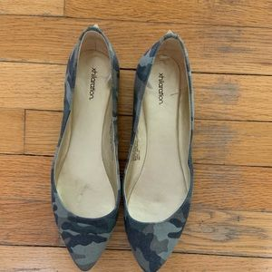 Pointed camo studded flats